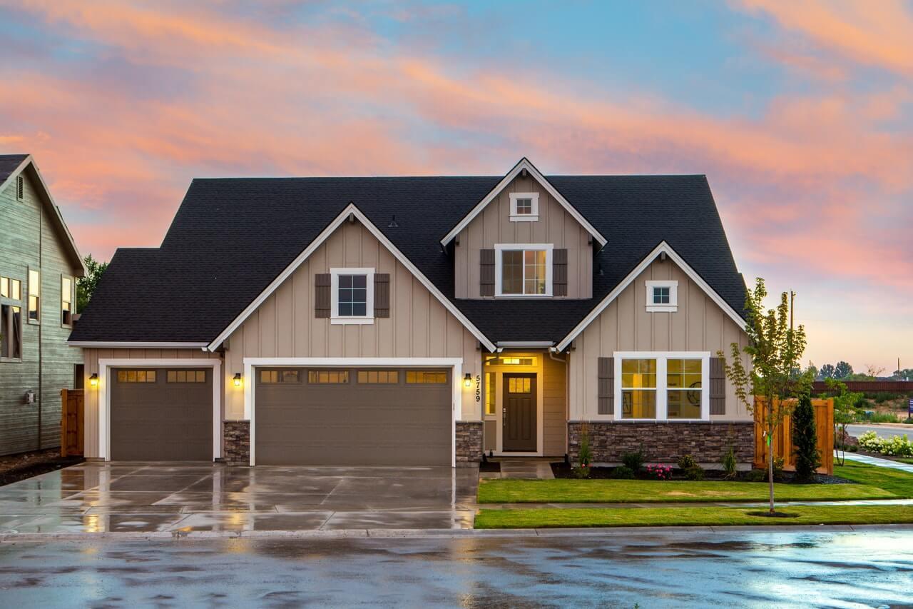 Kiedy warto zainwestować w konstrukcję dachu drewnianą?